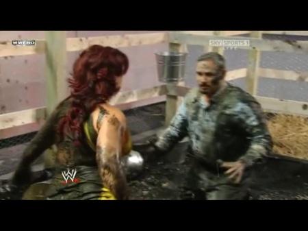 Vickie e Chavo chafurdando na lama!