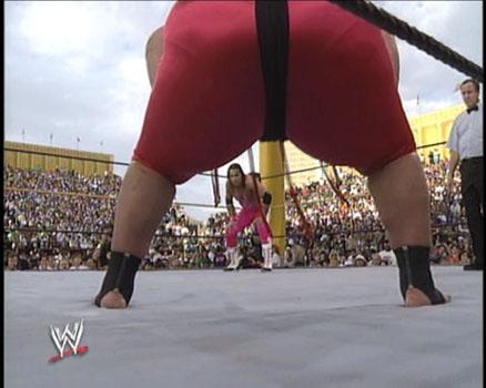Yokozuna o grande lutador japonês e ao fundo Bret Hart pronto para enfrenta-lo.